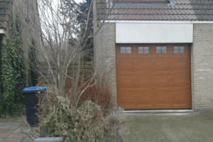 Houten-garagedeur-met-glas (1)