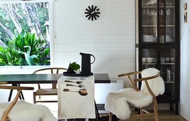 Witte schapenvachten in een Scandinavisch interieur - Sense of the ...